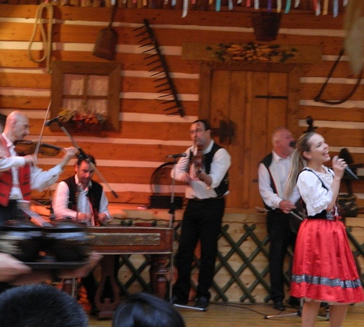 Singer Carolina singing in various languages